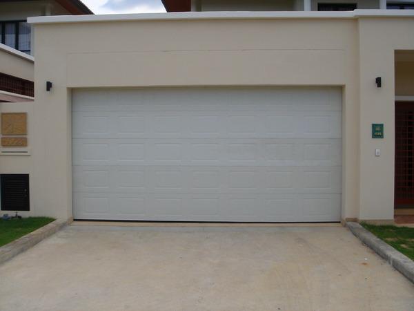 ประตูลายลูกฟัก 5.5ม. x 2.5ม. สีขาว