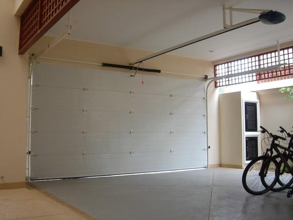 ภายในโรงรถที่ติดประตูลายลูกฟัก 5.5ม. x 2.5ม. สีขาว