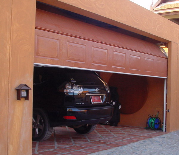 ประตูสีไม้