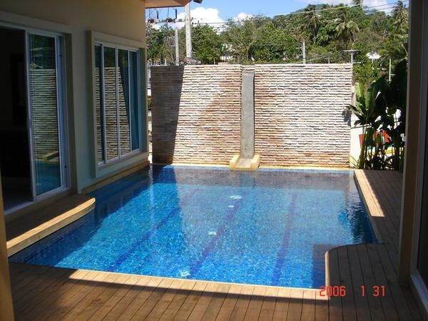 สระว่ายน้ำเล็กๆในบ้านน้ำล้นด้านเดียว